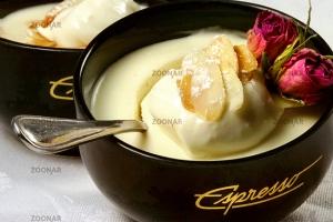 Panna Cotta mit Chantilly Cream und Mandelblättchen  © Liz Collet