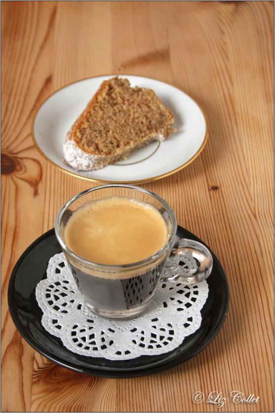 Espresso mit Zimt-Haselnuss-Guglhupf © Liz Collet